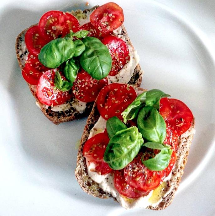 Pão Integral com requeijão vegano